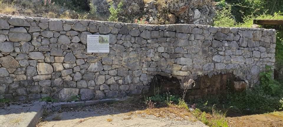 istorikes-pinakides-akovos